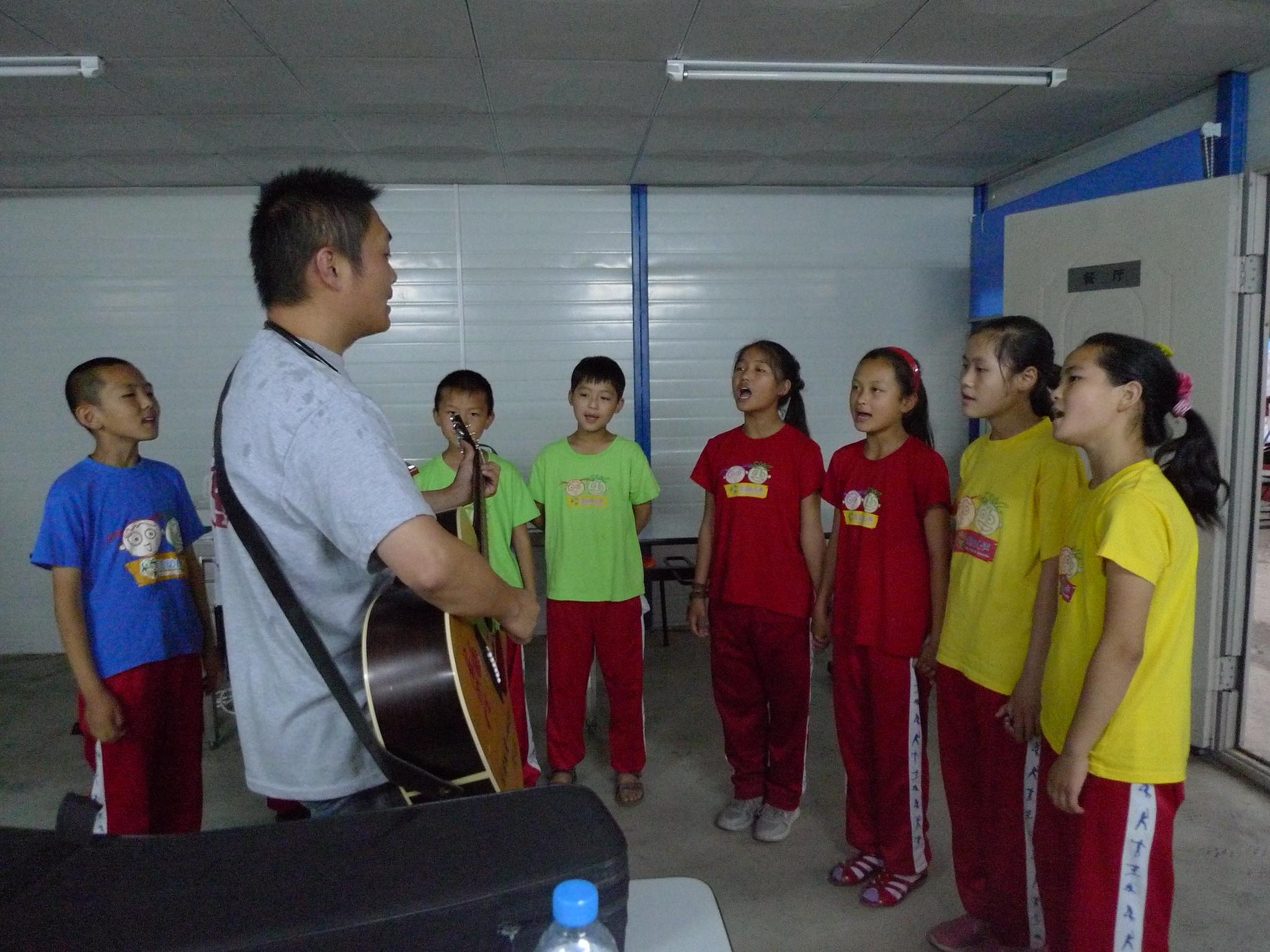孫恆帶著孩子們一起練習,準備到工地獻唱。