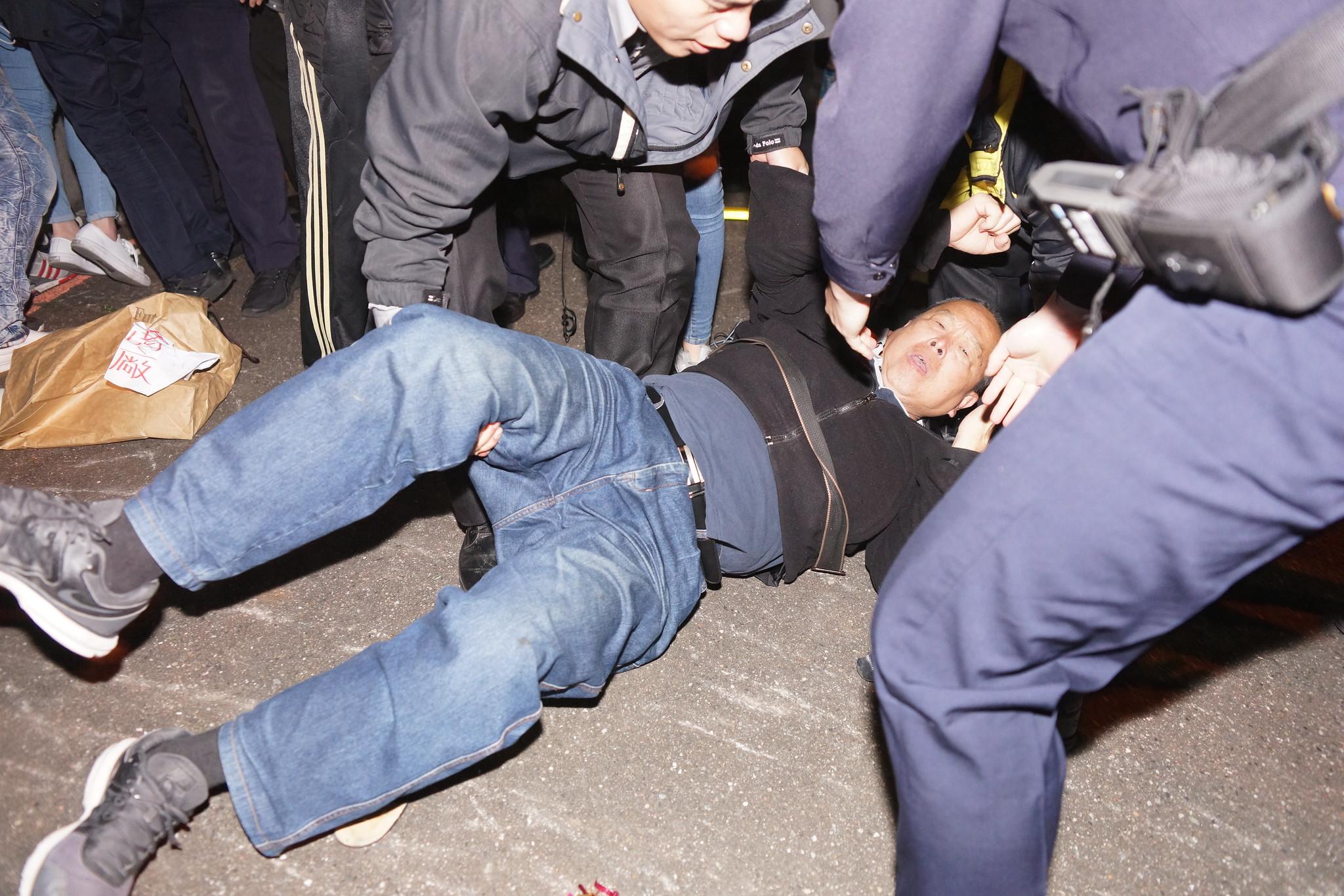 桃產總毛振飛遭警方推倒在地。(攝影:王顥中)