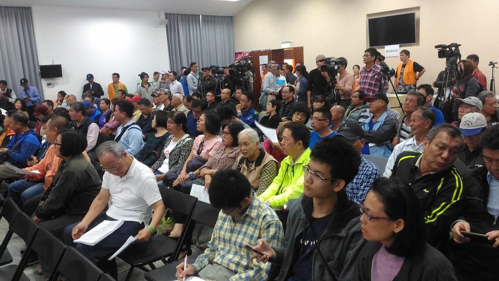 公聽會場內。現場民眾與各單位工作人員加起來約300人。