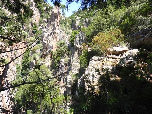 Au col, dans le contournement de la 3ème cascade de Lora