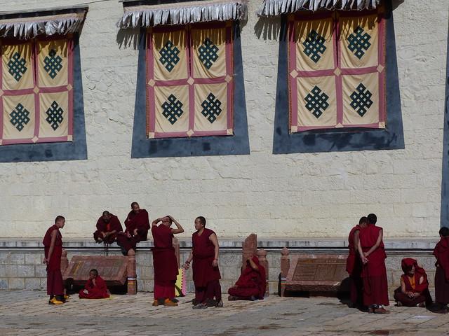 Monjes budistas en el monasterio Songzanlin de Shangri-La (Yunnan, China)