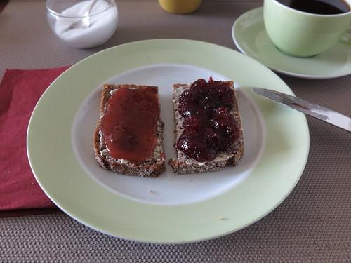Erdbeermarmelade und Süßkirschmarmelade auf NW-Brot