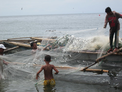 Swinging nets to take out fish, Philippines. Photo by Galas Aisa Manlosa, WorldFish.
