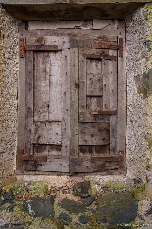 Una ventana cerrada del Molí del Mir.