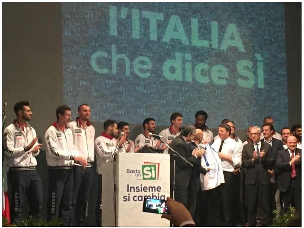 La foto, presente su diverse pagine Facebook, che ritrae i giocatori della Dinamo sul palco dedicato al comizio di Renzi e che ha indispettito alcuni tifosi.