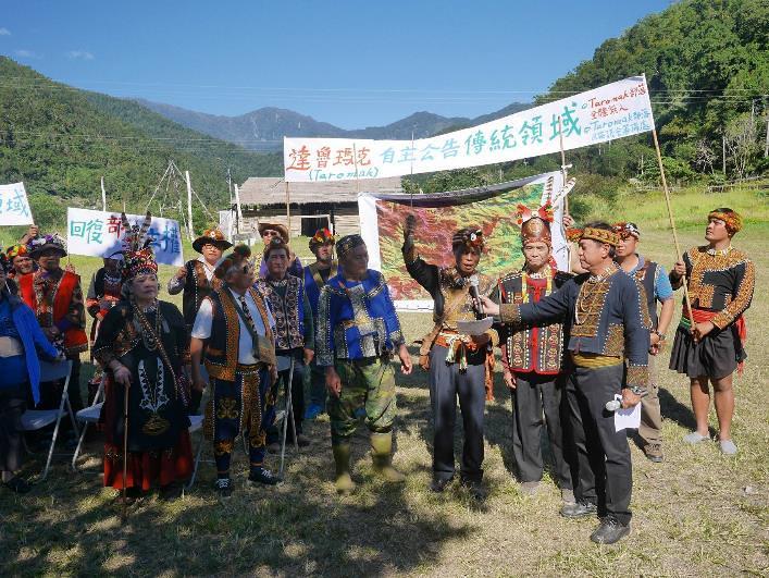 部落會議主席胡進德在古明德頭目的陪同下,朗誦自主公告傳統領域宣誓詞 (攝影:陳志維)
