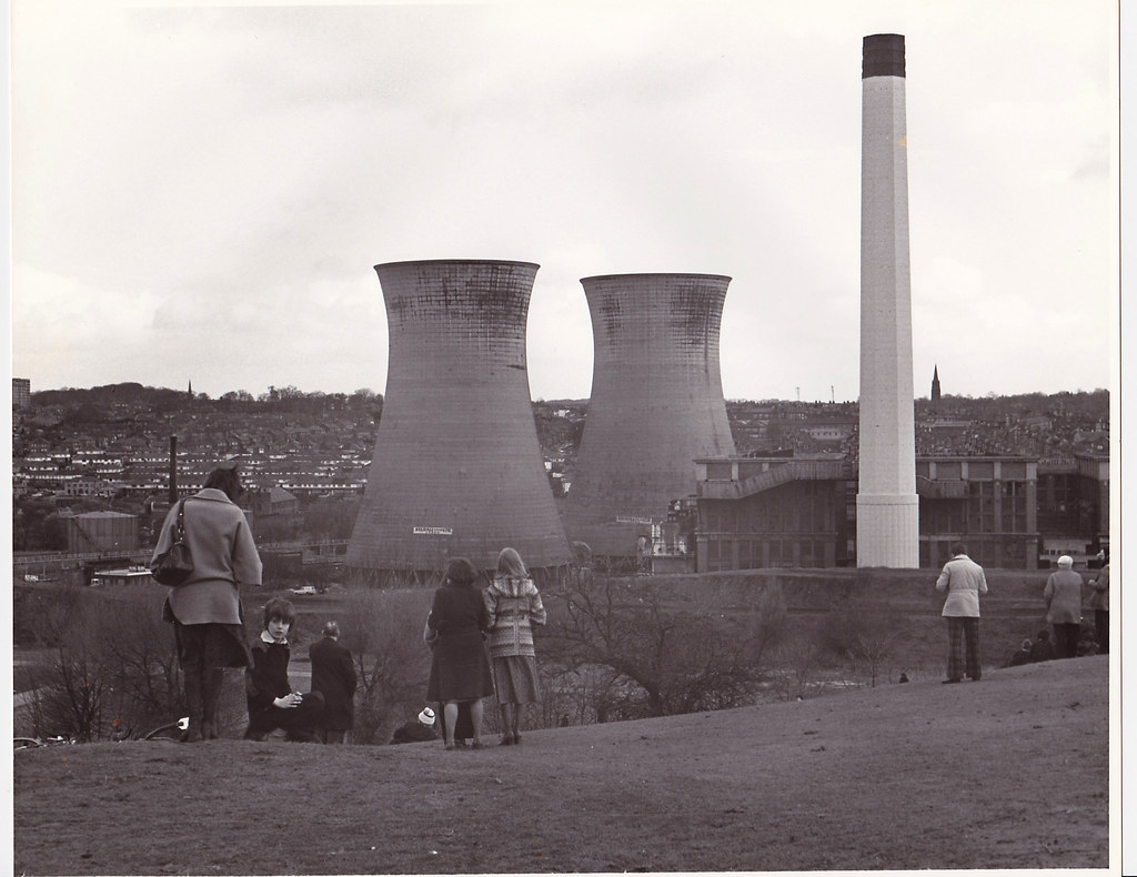 Cooling Tower Demolition : Kirkstall power station cooling towers demolition