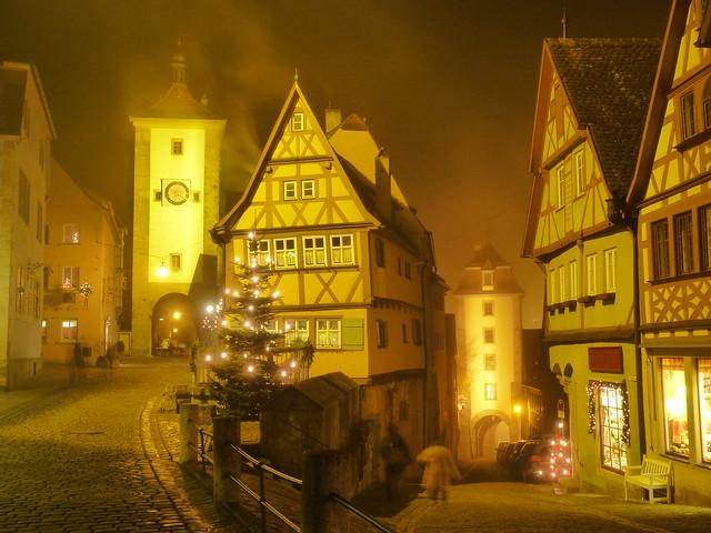 Foto nocturna y con niebla de Rothenburg ob der Tauber (Norte de Baviera, Alemania)