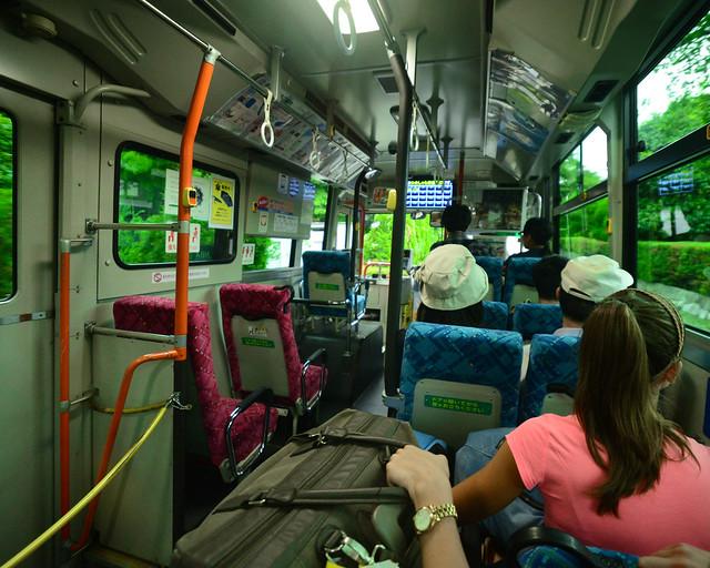 Interior del autobús que te lleva desde la estación de tren hasta la puerta del hotel