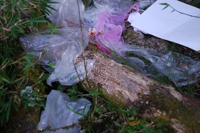 此為向陽山屋附近登山客棄置的垃圾與廚餘,示意用途,非關排雲山莊。照片來源:台東林管處。