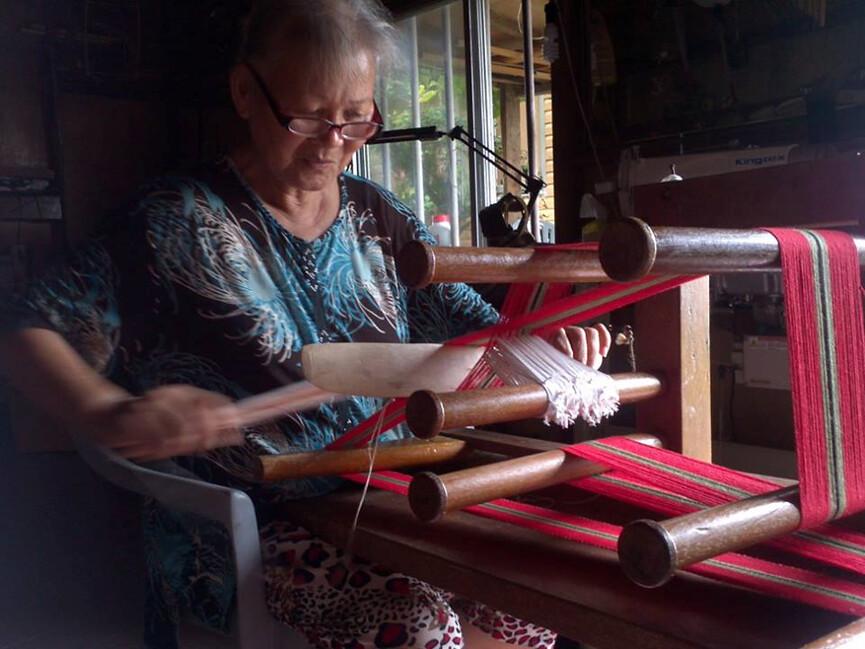 港口部落的歌手阿努‧卡力亭‧沙力朋安發行母語專輯,Ina用傳統的「地機」趕工編織吉他帶,以結合傳統與現代的藝術品獻上祝福。攝影:林晴灣。