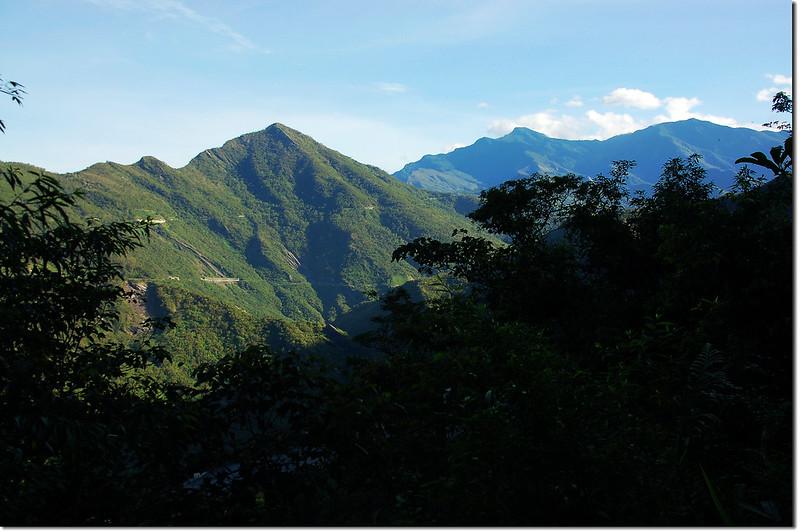 登山步道北眺群山(左至右,德文、大母母、麻留賀)