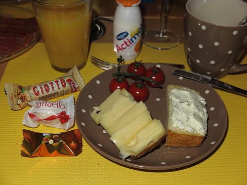 Leerdamer und Schnittlauch-Frischkäse auf Maisbrötchen