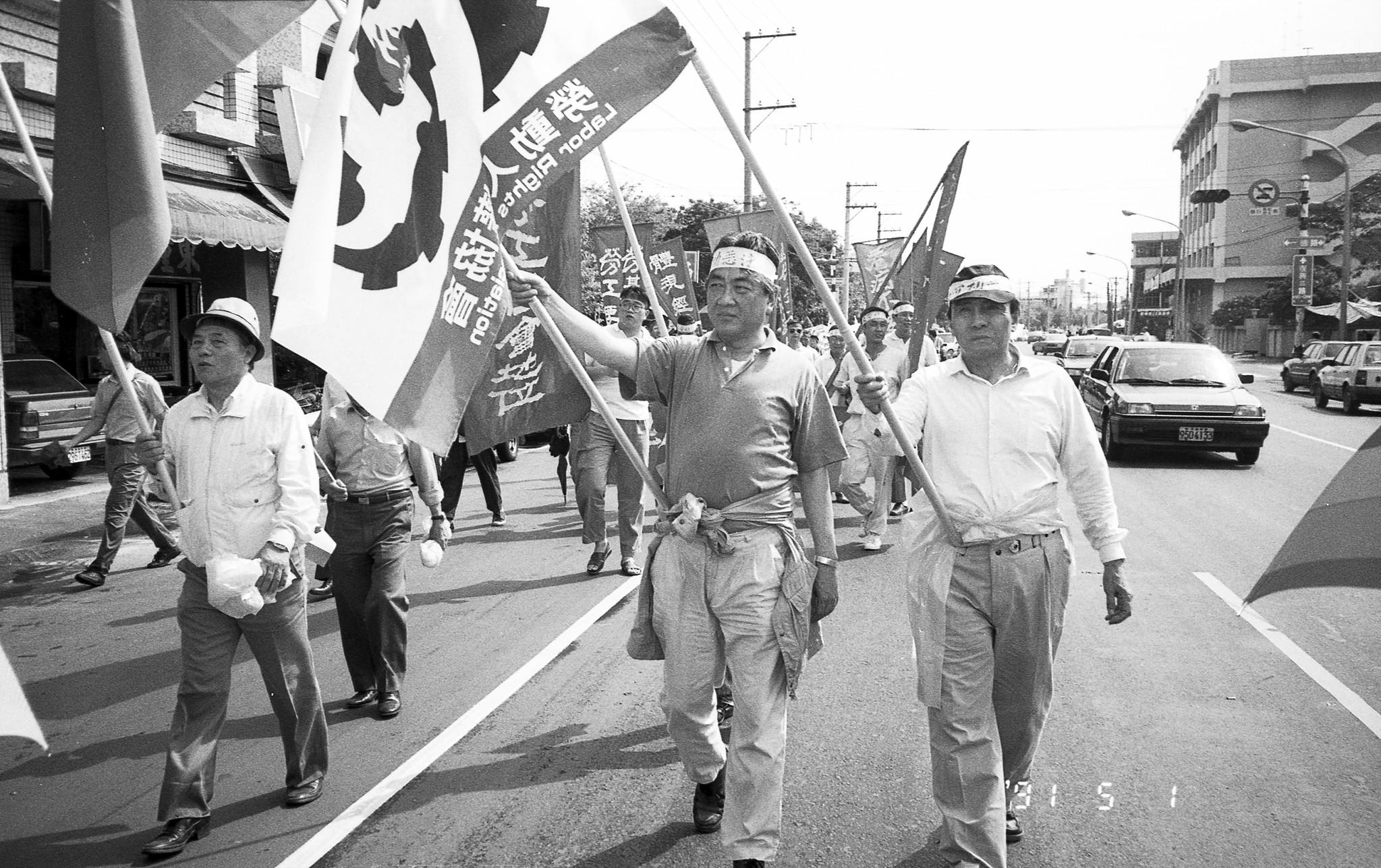 1991年林書揚(右一)和陳映真走在五一遊行隊伍中。(攝影:李文吉)