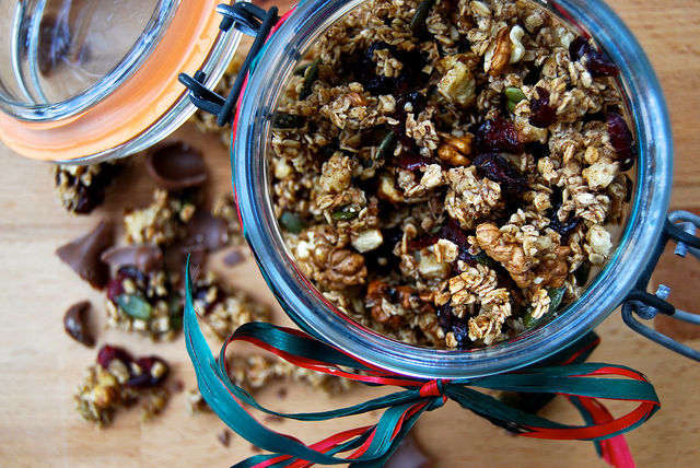Christmas Spiced Granola with Cranberry and Walnut | www.rachelphipps.com @rachelphipps