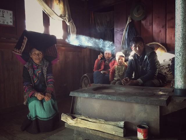 Con una familia de Yi negros en una aldea de Yunnnan (China)
