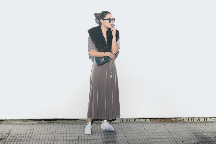 vestido-terciopelo-y-deportivos