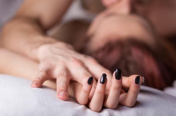 Para detectar una infidelidad solo hay que mirar los dedos