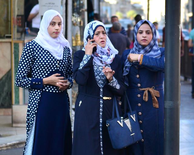 Mujeres paseando por Jordania sin problemas