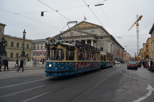 Am Max-Joseph-Platz vor der Oper fährt die Christkindltram aus der verkehrsreichen Maximilianstraße in die verkehrsberuhigte Fußgängerzone.