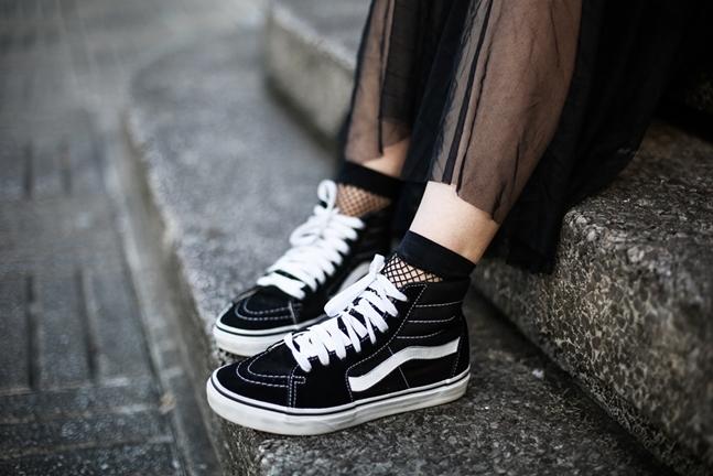 tulle-dress-zara-oversize-sweater-vans-fishnets-myblueberrynightsblog-streetstyle7