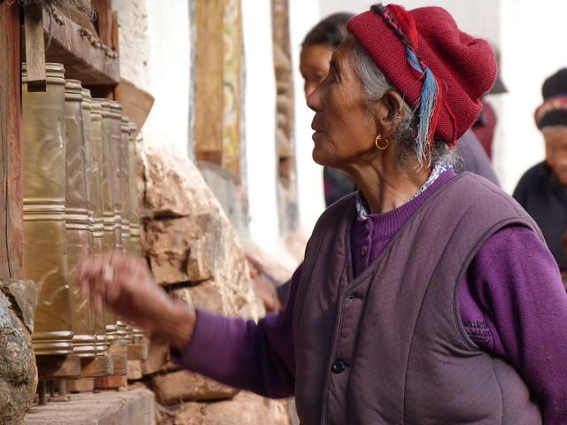 Mujer tibetana en la rueda de oraciones (Yunnan, China)