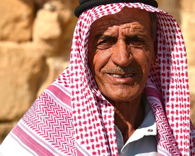 Hombre mayor jordano que nos demostró que se puede viajar sin peligro a Jordania