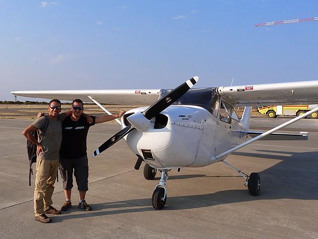 Isaac (Chavetas) y Sele en la avioneta con la que sobrevolaron el Delta del Okavango (Botswana)