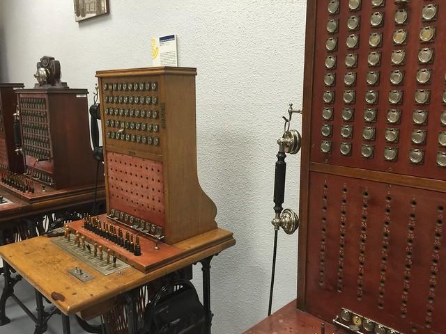 Centralitas telefónicas expuestas en el Museo Postal y Telegráfico (Madrid)
