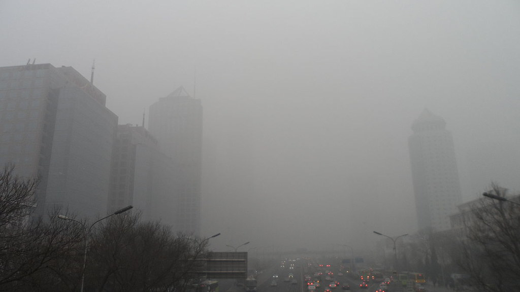 北京空氣汙染嚴重。圖片來源:螺钉 (CC BY-SA 3.0)1200px-Smog_in_Beijing_CBD