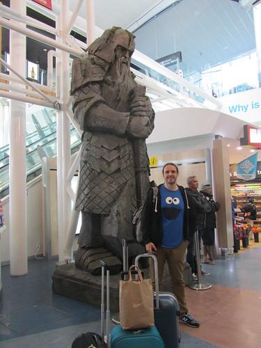 Con una estatua de un enano del señor de los anillos en Auckland
