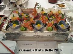 Un piatto di portata di sashimi, delizia per gli occhi e poi, immediatamente dopo. per il palato.