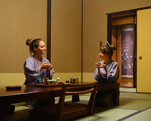 En el salón de nuestro Ryokan en Hakone tomando el té japonés