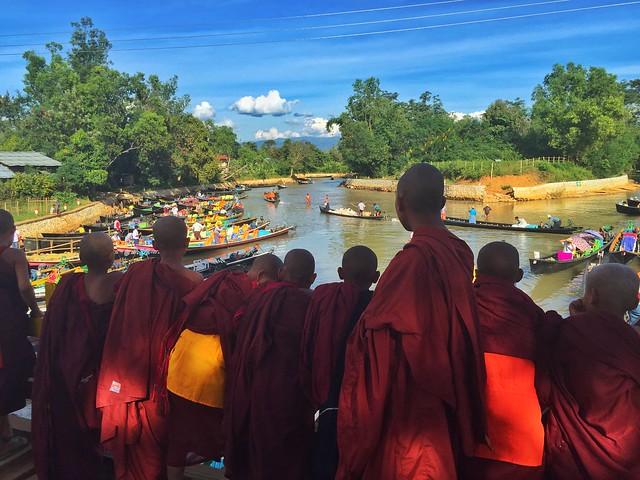 Monjes budistas en el puente de Indein (Lago Inle, Myanmar)