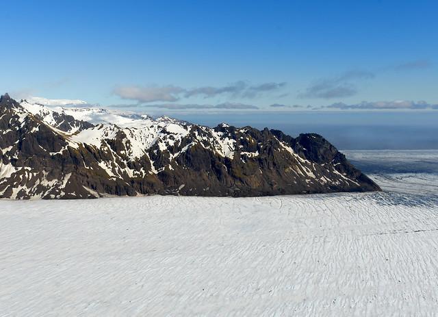 El poderoso glaciar Vatnajökull desde el aire en avioneta o helicóptero