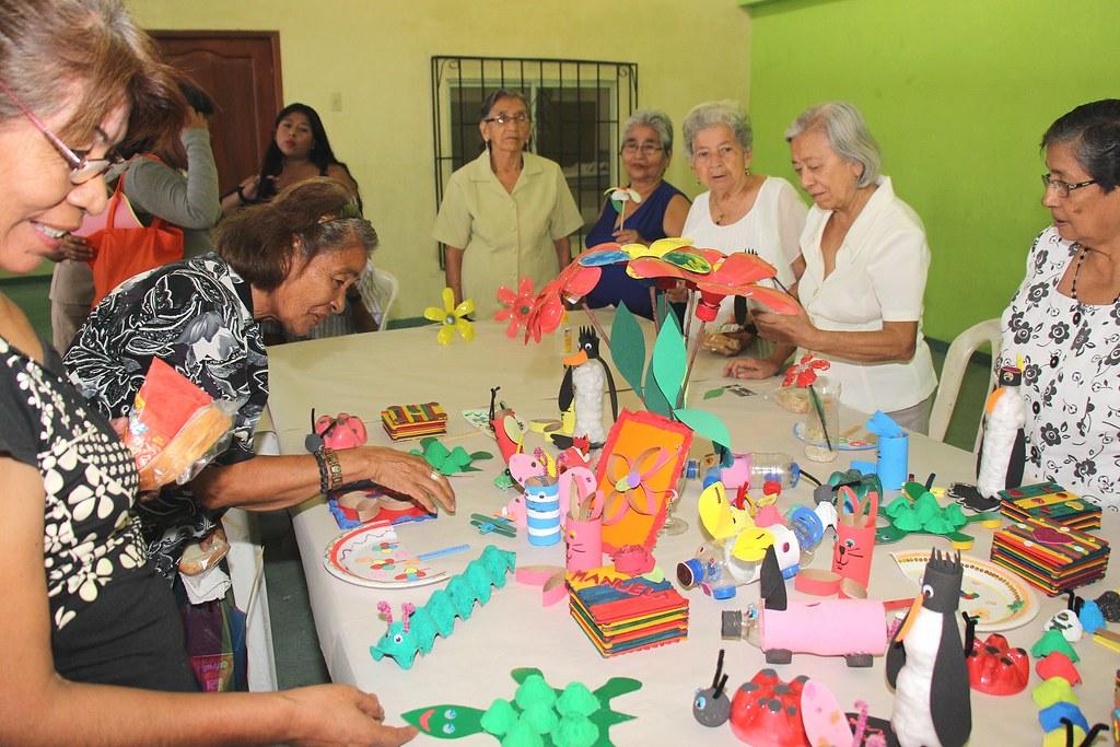 Durante el acto de cierre de cursos del programa para adu - Talleres manualidades para adultos ...