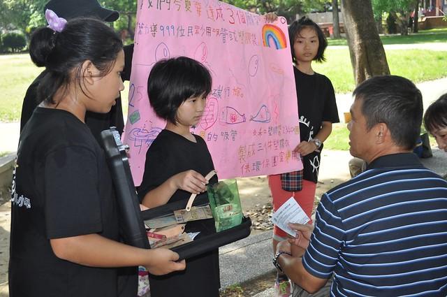 孩子在公園向民眾宣導減量使用一次性塑膠製品。照片提供:黃柏堯。