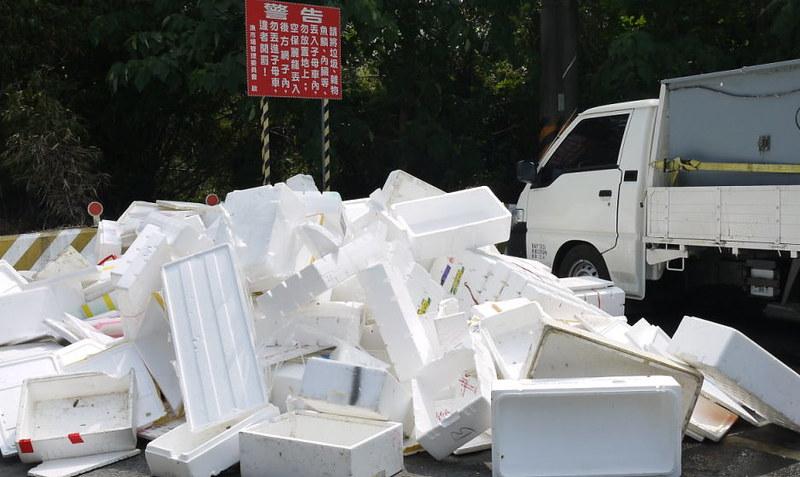 保麗龍佔很大的體積,回收運費成本高。圖:高月清提供