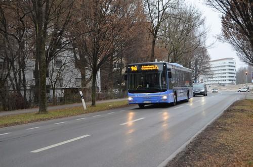 Ab Fahrplanwechsel wird der StadtBus 146 auf der kompletten Strecke eingestellt. DIe EInzelabschnitte der Strecke übernehmen ab dann die Stadt Busse 185, 190 und 191. Hier zu sehen ist ein Wagen auf der Linie 146 zur Iltisstraße hinter der Haltestelle Berg am Laim Bf (Süd)