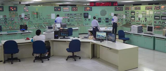 模擬中心控制室演練,紅燈代表異常。攝影:陳文姿。