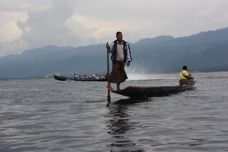 Рыбаки гребут ногами