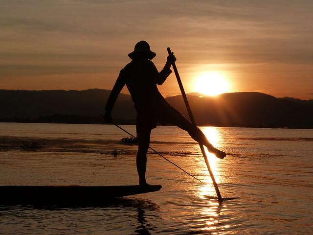 Pescador intha en el Lago Inle durante el atardecer (Myanmar)