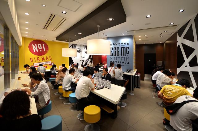 McDonalds de Japón donde todos los japoneses están sentados frente a sus smartphones sin comer