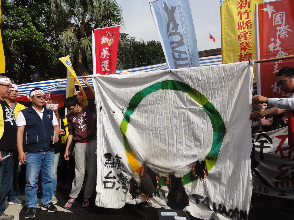勞團焚燒小英競選logo「點亮台灣」。(攝影:張智琦)