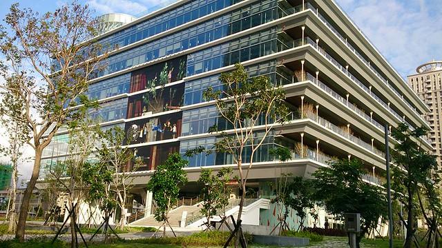 高雄市總圖書館今年獲高雄厝綠建築大獎。屋頂綠化花園和深陽台是其特色。攝影:李育琴
