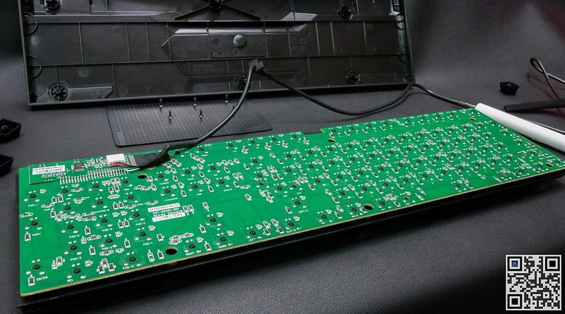 黑色的部分为二极管,加上二极管可以让键盘支援 N-Key rollover,不过必须要接上 PS/2 接头,如果是纯 USB 模式则是输出64个按键同时输出,不过还设计了两组快速键作为 USB 输出限制切换,主要是为了对应 Mac 系统,Windows 使用默认 fn+G 模式就可以了。 fn+G: 支援 USB 同时 64 键输出 fn+N: 支援 USB 同时 6 键输出