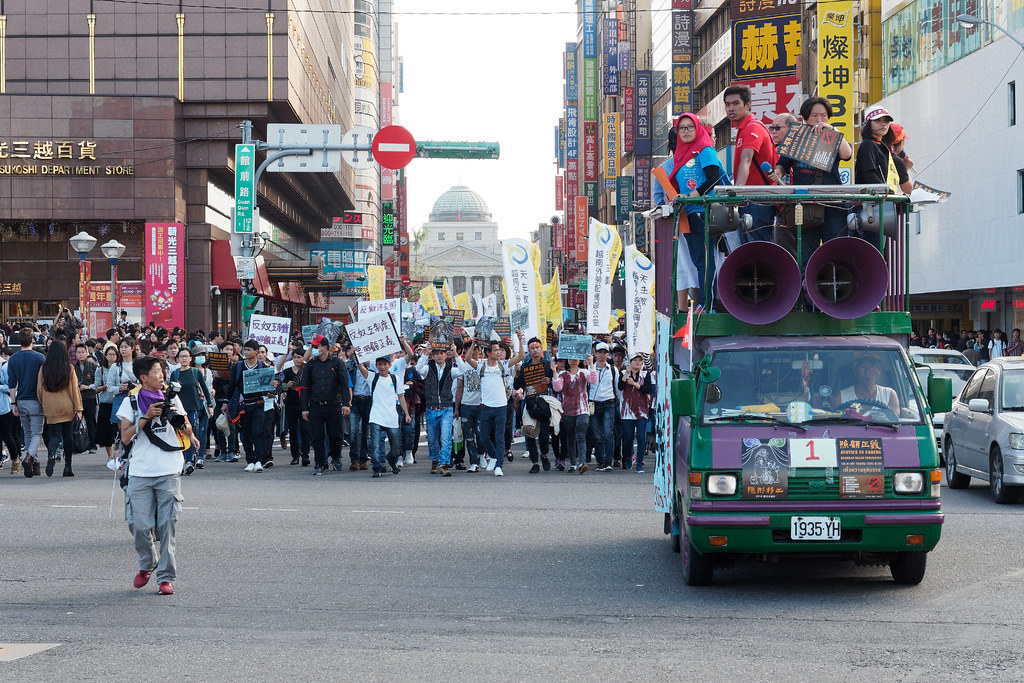 遊行隊伍穿過台北車站站前商圈,聲勢浩大。(攝影:林佳禾)