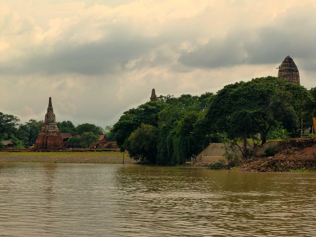 Panorama de Ayutthaya desde el río Chao Phraya a bordo del barco crucero Thanatharee