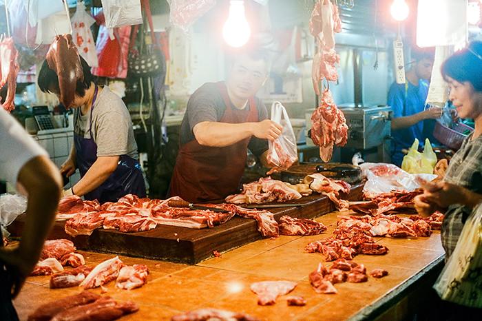 © 2016. A butcher in 台北市公有成功市場 in Da'an District. Tuesday, Sept. 6, 2016. CineStill 800T +2, Canon EOS A2.
