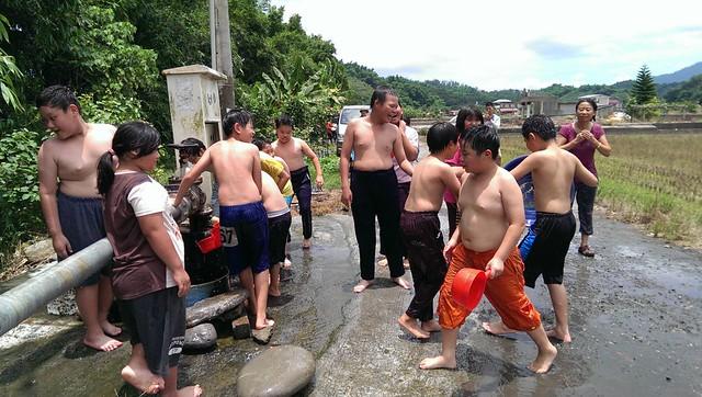 龍肚國小學童在北坑湧泉的戶外親水體驗。圖片來源:龍肚國小